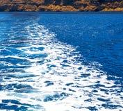 从地中海的小船泡沫和泡沫希腊海岛 库存照片