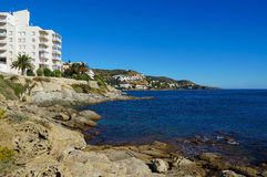 地中海的岩石岸在西班牙 免版税库存图片