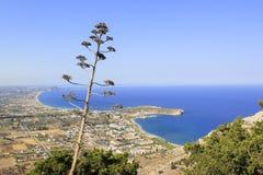 地中海的岸 古老城市日希腊横向罗得斯晴朗的墙壁 免版税图库摄影