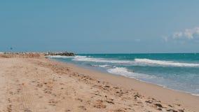 地中海的波浪在西班牙击中了在海滩的沙子 股票视频