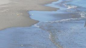 地中海的波浪由在直布罗陀海峡的含沙岸洗涤附近 股票录像