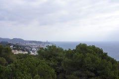 地中海的看法从Gibralfaro,马拉加堡垒的  明亮的太阳光芒通过云彩做他们的方式 库存照片