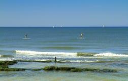 地中海的看法和与石头的海岸线从特拉维夫 库存照片