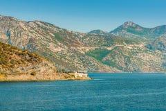 地中海美好的横向 山临近镇Perast,科托尔海湾博卡队Kotorska,黑山 免版税库存照片
