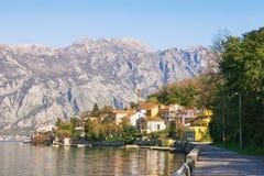 地中海美好的横向 黑山,科托尔海湾看法与海滨村庄的 免版税库存照片