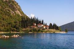 地中海美好的横向 黑山,科托尔湾, Banja修道院看法  免版税库存图片