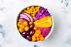 地中海菩萨碗用烤南瓜,橄榄,姜黄鸡豆,甜菜hummus,切细了红叶卷心菜,蕃茄 库存照片
