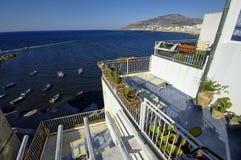 地中海蓝色风景有白色房子的2017年8月08日的第一个计划的 库存照片