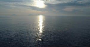 地中海运动的落后鸟瞰图支持在盐沼的海滩与远的斯特龙博利岛火山 户外自然移动 影视素材