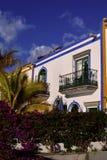 地中海阳台在与近花和棕榈的夏天 免版税库存图片