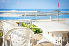 地中海餐馆桌有在手段的海视图 库存图片