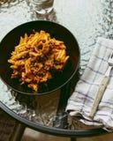 地中海饮食 通心面盘用西红柿酱 库存照片