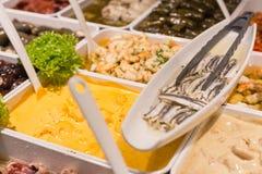 地中海鱼和开胃小菜在街市上 库存图片