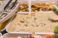 地中海鱼和开胃小菜在街市上 库存照片