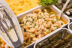 地中海鱼和开胃小菜在街市上 免版税库存照片