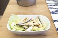 地中海鲥鱼在木头的鱼mezze 免版税库存照片