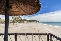 地中海,反弹晴天、海滩和伞大阳台 库存照片