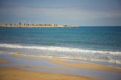 地中海,锡切斯的海岸 免版税库存照片