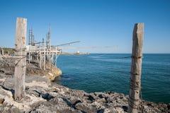 地中海, trebuchet钓鱼特点Apulian海岸 库存照片