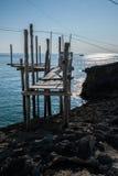 地中海, trebuchet钓鱼特点Apulian海岸 免版税图库摄影