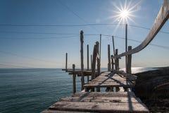 地中海, trebuchet钓鱼特点Apulian海岸 免版税库存照片