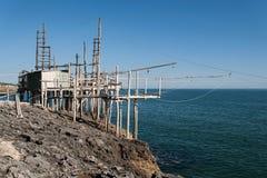 地中海, trebuchet钓鱼特点Apulian海岸 图库摄影