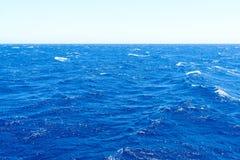 地中海水在明亮的天 库存图片