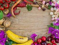 地中海水果、菜和花在粗砺的木bo 免版税图库摄影