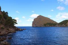 地中海从Port Sa Calobra,马略卡de的全景视图 库存照片