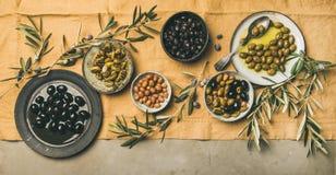 地中海meze橄榄开胃菜平位置,宽构成 免版税库存照片