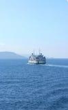 地中海Se :在它的途中的轮渡对海岸 库存照片