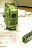 地产棱镜调查 免版税库存照片