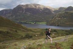 地区湖矛红色走的妇女 图库摄影