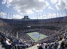 地区观点的亚瑟・艾许球场在美国公开赛期间的比利・简・金国家网球中心2013年 免版税库存图片