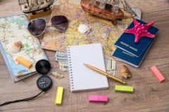 地图、护照、金钱、笔记本和指南针 免版税库存照片