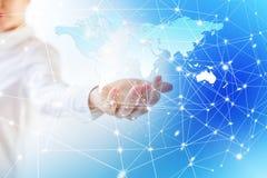 地图在手上 最佳的企业概念概念全球地球发光的现有量互联网系列 库存图片
