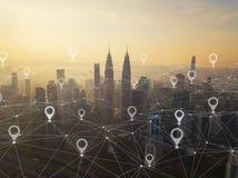地图城市、全球企业和网络连接别针舱内甲板在未来派技术概念在亚洲 摩天大楼和高层 免版税图库摄影