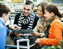 读地图的人们在咖啡馆 免版税库存照片