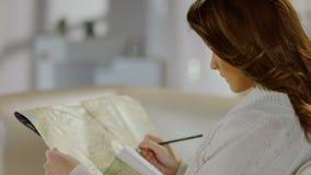 地图的年轻女性寻找的地方,计划的观光旅游 影视素材
