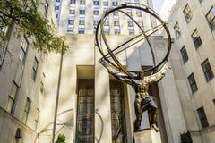 地图集古铜色雕象在纽约 库存图片
