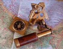 地图集指南针六分仪 免版税图库摄影