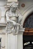 地图集的雕象在维也纳(奥地利)装饰一个大厦的门 免版税库存照片