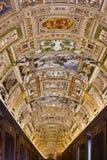 地图画廊内部在梵蒂冈博物馆 免版税库存图片