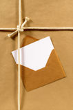 地址标码,贺卡,马尼拉信封,包装纸背景,白色拷贝空间 免版税库存照片