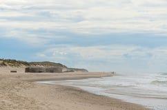地堡和人们海滩的 免版税库存图片