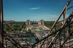 地平线、塞纳河、Trocadero和艾菲尔铁塔的铁结构,有蓝天的在巴黎 库存图片