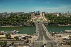 地平线、塞纳河、Trocadero和街道有蓝天的,看见从艾菲尔铁塔在巴黎 库存图片