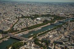 地平线、塞纳河和大厦与晴朗的蓝天,看见从艾菲尔铁塔上面在巴黎 免版税库存照片