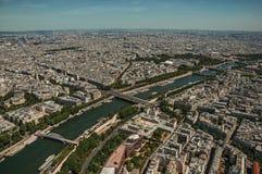 地平线、塞纳河和大厦与晴朗的蓝天,看见从艾菲尔铁塔上面在巴黎 免版税库存图片