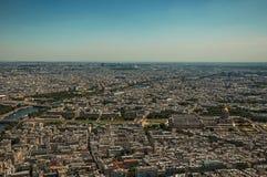 地平线、大厦和荣军院圆顶在一个晴天,看从艾菲尔铁塔上面在巴黎 库存图片
